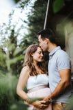 El marido está besando a su esposa embarazada en su frente imágenes de archivo libres de regalías