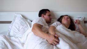 El marido pide perdón de la esposa ofendida almacen de metraje de vídeo
