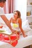 El marido trae el desayuno a su esposa embarazada Fotografía de archivo libre de regalías