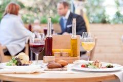 El marido y la esposa alegres están comiendo en café Foto de archivo