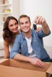 El marido y la esposa atractivos están comprando la nueva casa imagenes de archivo
