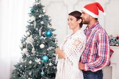 El marido y la esposa bonitos están descansando cerca de la Navidad imagenes de archivo