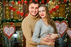 El marido y la esposa celebran día del ` s de la tarjeta del día de San Valentín Imagen de archivo
