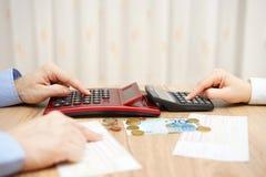El marido y la esposa están calculando costos mensuales Presupuesto apretado Imagen de archivo libre de regalías