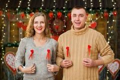 El marido y la esposa felices celebran día del ` s de la tarjeta del día de San Valentín Fotografía de archivo