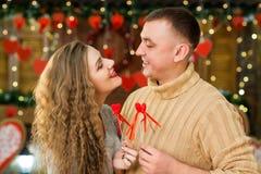 El marido y la esposa jovenes celebran día del ` s de la tarjeta del día de San Valentín Imágenes de archivo libres de regalías