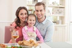 El marido y la esposa lindos están cenando con su niño Imagenes de archivo