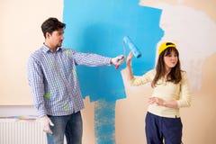 El marido y la esposa que hacen la renovación en casa Imágenes de archivo libres de regalías