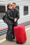 El marido y la esposa se colocan en el tren cercano del perron Fotografía de archivo