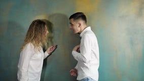 El marido y la esposa son de discusión y de grito almacen de video