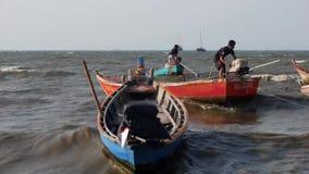 El marinero asiático tailandés retro común del motor de la cubierta del hombre joven de las imágenes de vídeo 1920x1080 Longtail  almacen de metraje de vídeo