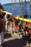 El marinero enrolla una línea después de fijar la vela Foto de archivo