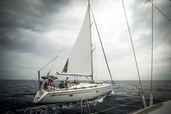 El marinero participa en la regata 11mo Ellada 2014 de la navegación Imagen de archivo