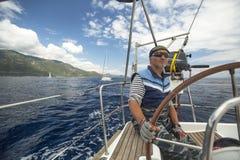 El marinero participa en la regata 11mo Ellada 2014 de la navegación Fotografía de archivo