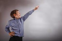 El marrón del muchacho adolescente experimenta la demostración de la felicidad Imagenes de archivo