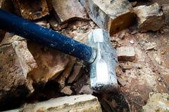 El martillo de acero analiza la pared Fotos de archivo libres de regalías