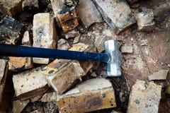 El martillo de acero rompe la pared Foto de archivo