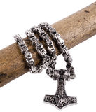 El martillo del Thor aislado en una cadena del metal Fotografía de archivo