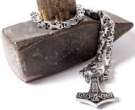 El martillo del Thor aislado en una cadena del metal foto de archivo libre de regalías