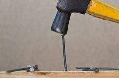 El martillo golpeó un clavo Imagen de archivo libre de regalías