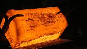 El martillo macro del herrero forja la cámara lenta de las barras de hierro grandes almacen de video