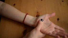 El masaje del uno mismo de manos se cierra encima de la visión almacen de metraje de vídeo