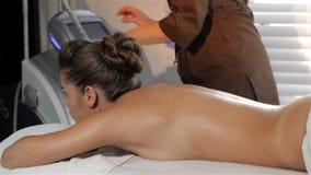 El masajista gira la máquina del masaje metrajes