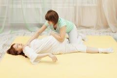 El masajista hace la terapia de Yumeiho Fotografía de archivo libre de regalías