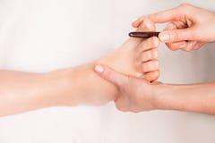 El masajista hace masaje tailandés del pie foto de archivo