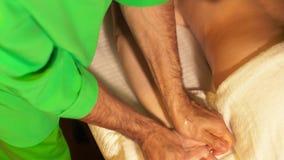 El masajista hace un masaje de la mano al cliente Tratamiento del balneario para las manos Concepto de la salud metrajes