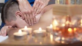El masajista que hace el masaje del cuello y principal de la salud para el hombre en salón del balneario 4K metrajes