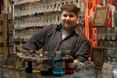 Tienda de Parfum en el bazar del Mashhad, Irán Foto de archivo