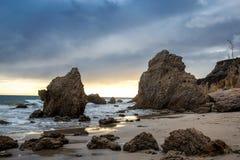 El matadora plaża z pięknymi rockowymi formacjami przy zmierzchem, Los Angeles zdjęcie stock