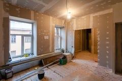 El material para las reparaciones en un apartamento está bajo la construcción, el remodelado, la reconstrucción y renovación Fotografía de archivo
