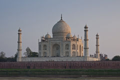 El mausoleo blanco durante puesta del sol. imagen de archivo