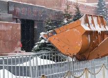El mausoleo del ` s de Lenin y la niveladora Bucket Imagenes de archivo