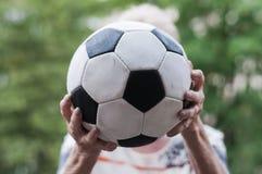 El mayor coge fútbol Imagen de archivo