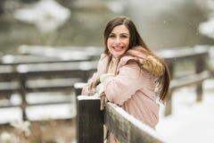 El mayor de High School secundaria adolescente que sonríe en las ráfagas que llevan invierno viste afuera Imagen de archivo libre de regalías