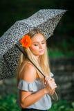 El mayor de High School secundaria presenta con el paraguas para los retratos en un lluvioso Fotografía de archivo