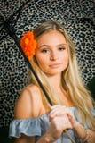 El mayor de High School secundaria presenta con el paraguas para los retratos en un lluvioso Imagenes de archivo