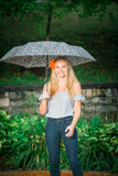 El mayor de High School secundaria presenta con el paraguas para los retratos en un lluvioso Imágenes de archivo libres de regalías