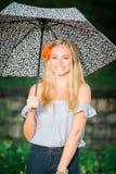 El mayor de High School secundaria presenta con el paraguas para los retratos en un lluvioso Foto de archivo
