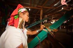 El mayor de la mujer de Kayan Lahwi está tejiendo Fotografía de archivo libre de regalías