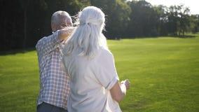El mayor feliz envejeció los pares que bailaban al aire libre en césped almacen de metraje de vídeo