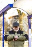 El mayor masculino mira su reloj Foto de archivo libre de regalías