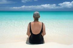 El mayor mira hacia fuera en el océano de la playa serena en el Caribe imagen de archivo