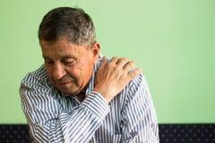 El mayor sufre un dolor del hombro Imagen de archivo libre de regalías