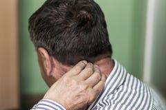 El mayor tiene un dolor de cuello Fotos de archivo