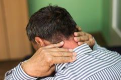 El mayor tiene un dolor de cuello Foto de archivo libre de regalías