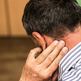 El mayor tiene un dolor de cuello Imagen de archivo libre de regalías